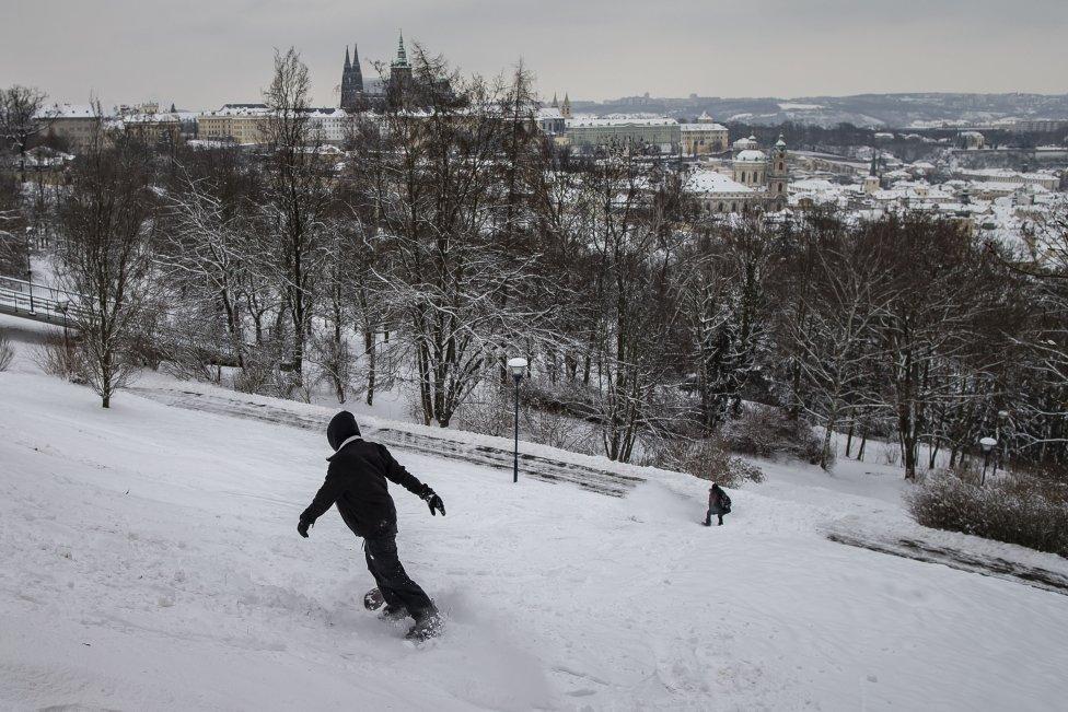 Rozjezd po nejprudší části Petřína askok přes cestu dva ze tří snowboardistů ustáli. Třetí ne, ale nic vážného se mu nestalo. Foto:Gabriel Kuchta, DeníkN
