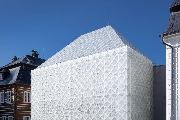 Bílý monolit novostavby nového sídla Lasvitu vás okamžitě zaujme. Foto:Lasvit