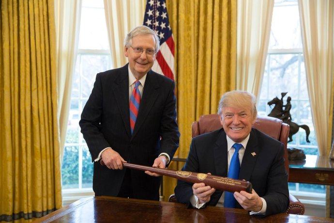 """Jedna znemnoha společných fotografií lídra tehdy senátní většiny Mitche McConnella sprezidentem Trumpem vBílém domě. Vprosinci 2017spolu chtěli """"pálkovat"""" (baseballovou pálkou) za americkou střední třídu. Foto:facebook.com/mitchmcconnell"""