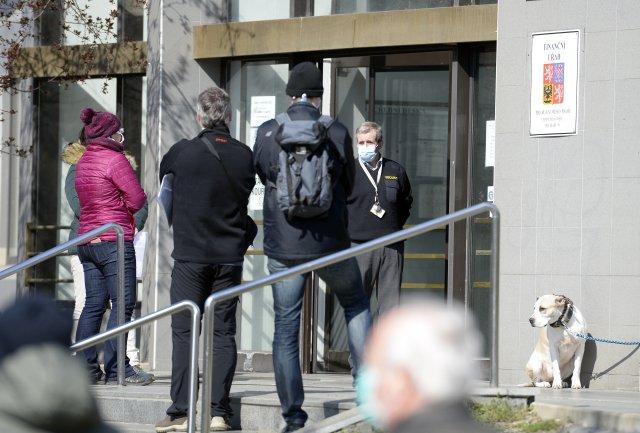 Lidé čekají před budovou finančního úřadu v Praze 10. FOTO: ČTK