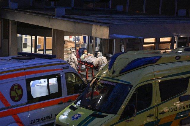 Ilustrační foto, listopadový převoz pacientů z Příbrami do Fakultní nemocnice Královské Vinohrady v Praze. Foto: ČTK