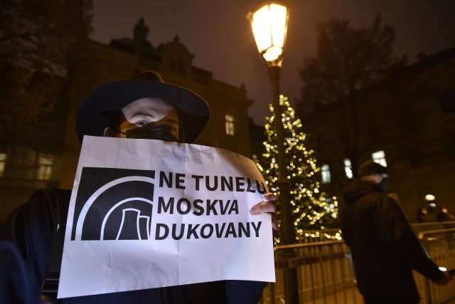 Ruská účast vtendru na Dukovany vyvolává odpor nejen na politické scéně, ale také učásti veřejnosti. Loni vlistopadu se proti přizvání Rosatomu konala demonstrace před Úřadem vlády. Foto:ČTK