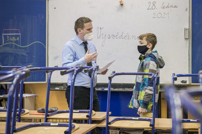Někteří žáci si mohli do školy zajít alespoň pro vysvědčení. Foto: ČTK