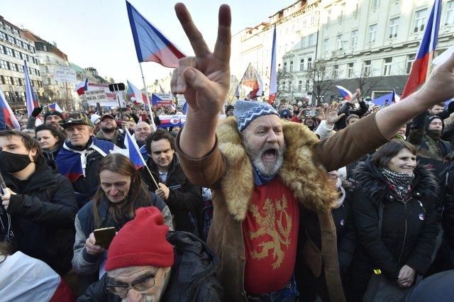 Na Václavském náměstí vlednu opakovaně demonstrovaly stovky lidí proti anticovidovým pravidlům, která vyhlásila vláda. Foto:ČTK / AP