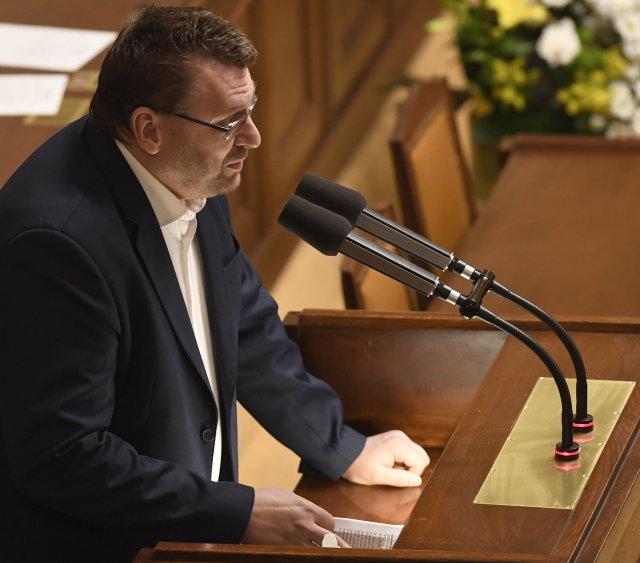 Poslanec Lubomír Volný vystoupil 11.února 2021na schůzi Poslanecké sněmovny. Téměř všichni poslanci odešli ze sálu, Volný neměl roušku. Foto:ČTK