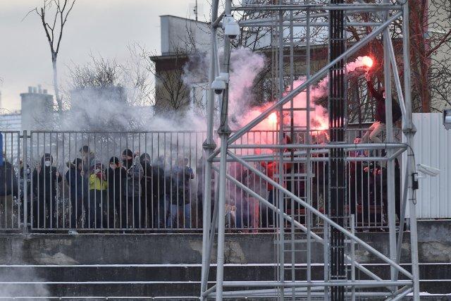 Fanoušci Brna za plotem během utkání Zbrojovky se Zlínem. Foto:Václav Šálek, ČTK