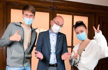 Ministr Blatný s mladými influencery Jakubem a Aničkou. Repro z TikToku