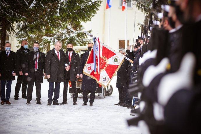 Prezident Miloš Zeman se svou ochrankou. Ilustrační foto:Hrad.cz