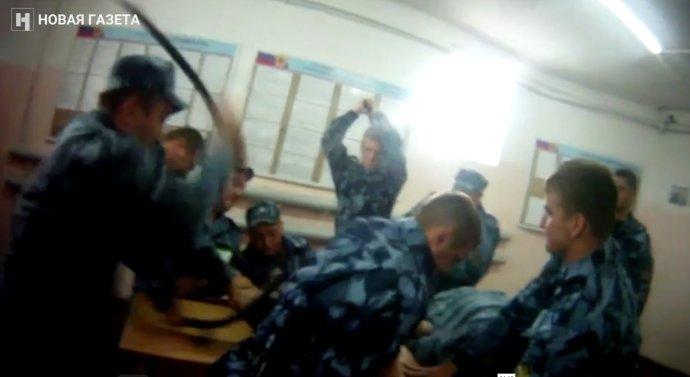 Ruská Novaja gazeta zveřejnila aruské sociální sítě šíří videa ukazující týrání vězňů vtamních trestaneckých koloniích. Zdroj: Novaja gazeta