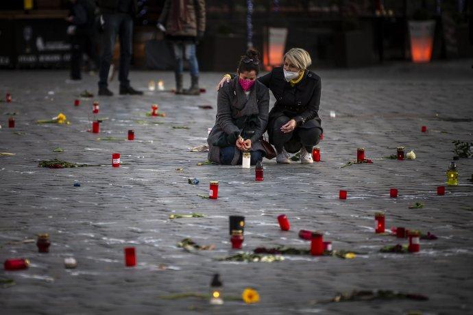 Na Staroměstském náměstí se symbolicky mísily emoce análady ve společnosti. Foto: Gabriel Kuchta, Deník N