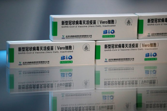 """Lákavý příběh """"čínské vakcíny Sinopharm"""" má úskalí. Vylučuje seniory, chybějí prověřená data"""