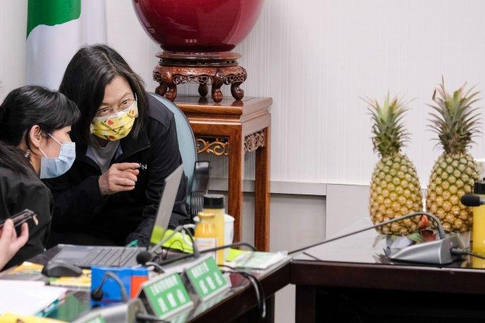 """Ekonomický bojkot použil Peking jako zbraň už vdesítkách případů. Norský losos nebo australské uhlí či víno mohou vyprávět. Ale Tchaj-pej si to nechce nechat líbit. Včele kampaně za """"ananas svobody"""" je prezidentka Cchaj Jing-wen (na snímku ve žluté roušce). Foto:Hans Lucas Pictures, Reuters Marketplace"""