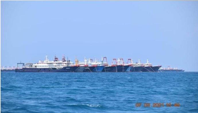 Několik z220čínských, podle Filipín vojenských, podle Číny rybářských lodí spatřených uútesu Whitsun ve sporných vodách Jihočínského moře. 7března 2021. Foto:Philippine Coast Guard / National Task Force-West Philippine Sea / Reuters