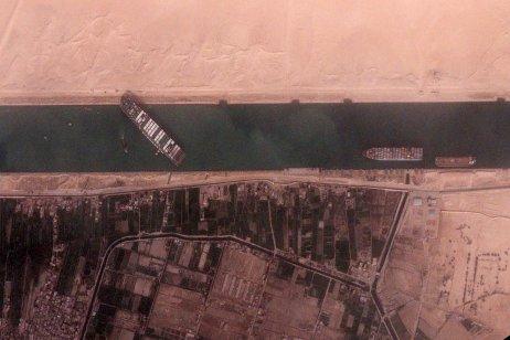 Klíčový Suezský průplav zablokovaný 400metrovou gigantickou kontejnerovou lodí Ever Given. Foto:BlackSky/Reuters