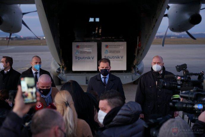 Expremiér Igor Matovič vítá první dodávku ruské, vEU neregistrované vakcíny SputnikV, kterou bez vědomí svého vlastního kabinetu vRusku objednal. Foto:Úřad vlády SR