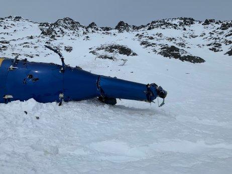Havarovaný vrtulník, v němž zahynulo pět lidí včetně miliardáře Petra Kellnera. Foto: Alaska Mountain Rescue Group.