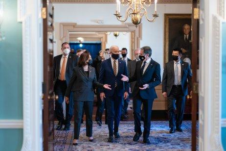 Joe Biden včera osobně intervenoval u demokratického senátora Joea Manchina, aby ho přesvědčil, že má pro jeho podpůrný zákon hlasovat. Kamala Harrisová svým hlasem projednávání zákona schválila. Foto: Adam Schultz, Bílý dům
