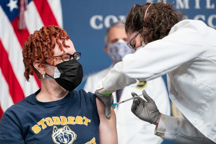 Učitelka ze školy ve Washingtonu Victoria Legerwood-Riverová je očkována vBílém domě. Za ní přihlíží hlavní epidemiolog Anthony Fauci. Foto:Adam Schultz, Bílý dům