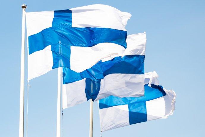 Pro Finy je vlajka něco opravdu posvátného. Snelibostí nahlíží například na zahalování fanoušků do vlajek při sportovních zápasech. Foto: Adobe Stock