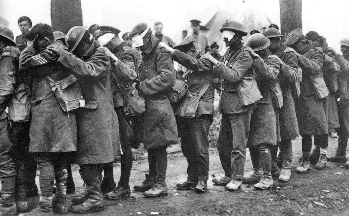 Příslušníci britské 55. (západolancashirské) divize oslepení po německém útoku slzným plynem během bitvy ufrancouzského městečka Estaires, 10.duben 1918. Ilustrační foto:Imperial War Museums. Public Domain.