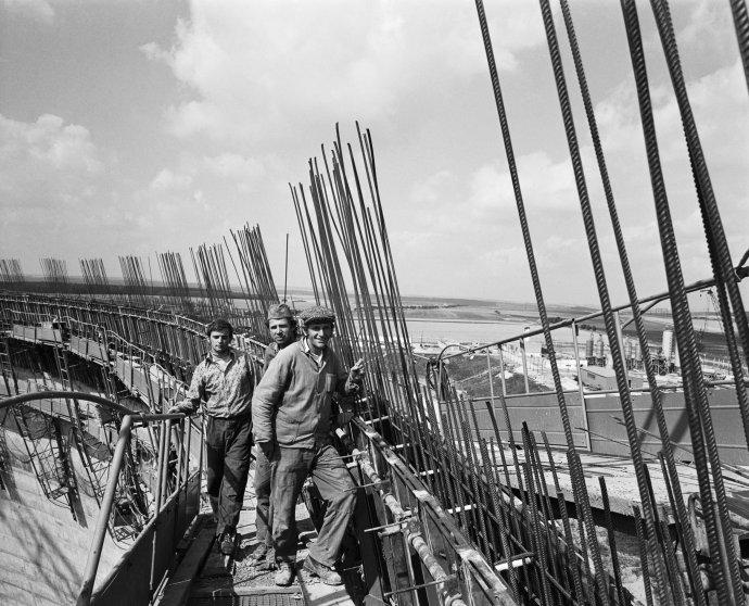 Betonáři na stavbě první chladicí věže jaderné elektrárny Dukovany - 11. září 1979. Foto: ČTK