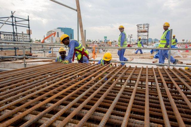 Dělníci ze zahraničí postavili za deset let infrastrukturu pro světový šampionát ve fotbale. Foto:ČTK / DPA / Sharil Babu