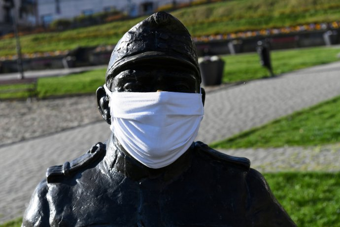 Švejk s rouškou v polské Przemysli. Foto: Darek Delmanowicz, ČTK/PAP
