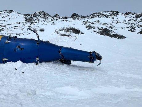 Havarovaná helikoptéra v horách poblíž aljašského Anchorage. Foto: Alaska State Troopers (Policie státu Aljaška)