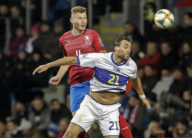 Kosovská fotbalová reprezentace se nesmí potkat se třemi státy. Češi s ní dvakrát hráli v kvalifikaci o letošní Euro. Foto: ČTK / Petr David Josek, AP