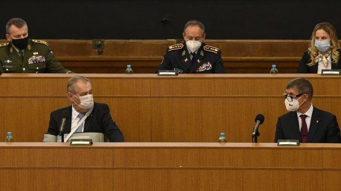 Tak jak to snimi zase sfoukneme? (prezident Miloš Zeman apremiér Andrej Babiš na velitelském shromáždění náčelníka generálního štábu, listopad 2020). Foto:ČTK