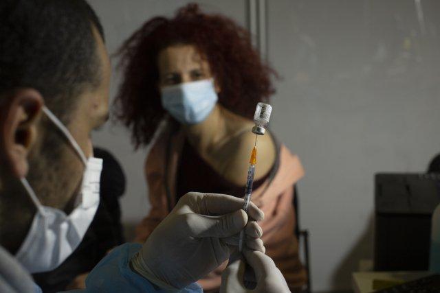 Očkování vakcínou Pfizer/BioNTech vočkovacím centru vJeruzalémě, leden 2021. Foto:ČTK/AP