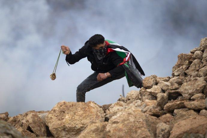 Palestinští výrostci se s oblibou baví metáním kamenů na izraelské vojáky. Ani to ale nemůže být omluvou pro případné válečné zločiny. Ilustrační Foto: ČTK