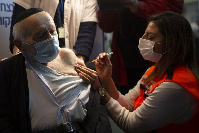 Dvaadevadesátiletý Joseph Zalman Kleinman, který přežil hrůzy holokaustu, dostává v provizorním zdravotnickém centru v jeruzalémské sportovní aréně druhou dávku protikoronavirové vakcíny. Ilustrační foto: ČTK/AP