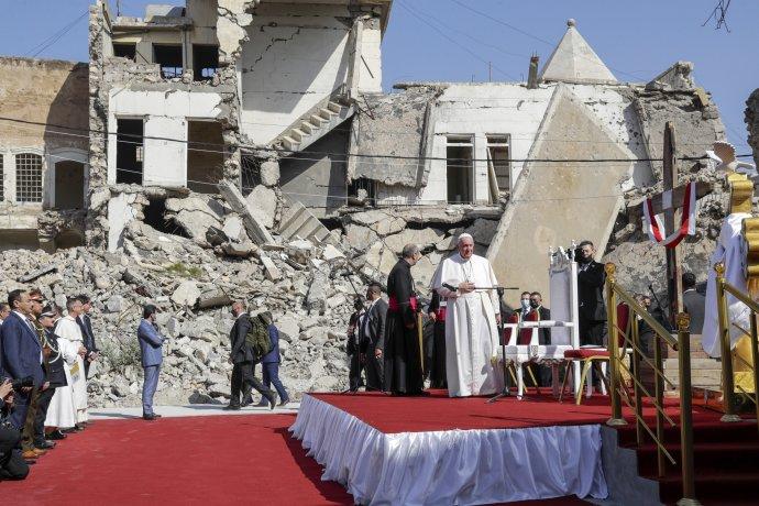 Papež František slouží mši za válečné oběti před troskami katolického kostela viráckém Mosulu, který byl ještě nedávno hlavním centrem teroristů zIslámského státu. Foto:ČTK/AP, Andrew Medichini