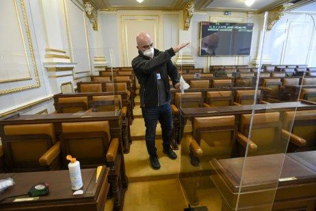 Plexisklo kolem míst poslanců Volného a Bojka ve Sněmovně. Foto: ČTK