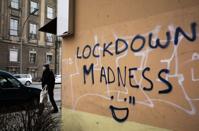 Nejeden obyvatel Německa už má lockdownu plné zuby aviní zněj vládu Angely Merkelové (nápis Lockdownové šílenství zachytil fotograf na domovní zdi vberlínské čtvrti Schöneberg). Foto:ČTK/AP