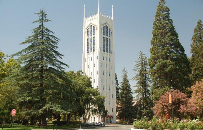 Věž univerzity vStocktonu. Foto:Gene Wright, Wikimedia Commons CC BY-SA 3.0