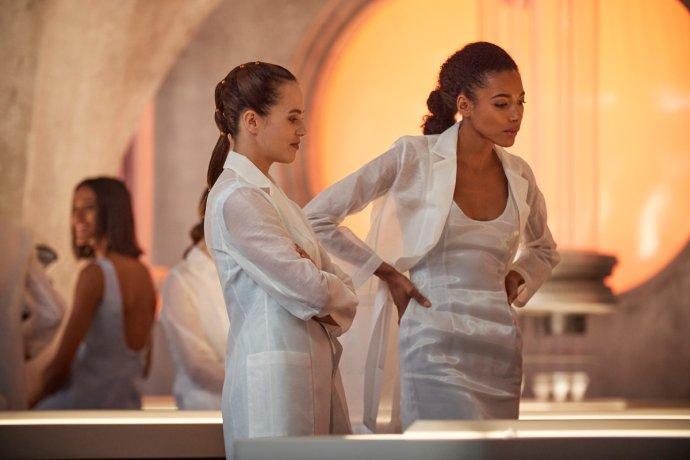 Jessica Brown Findlayová jako Lenina a Kylie Bunburyová coby její kolegyně Frannie v práci oplodňují vajíčka předvybranými spermiemi. Foto: Peacock/HBO