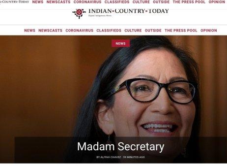 Titulní strana deníku Indian Country těsně po schválení Deb Haalandové ministryní vnitra. Stala se první členkou americké vlády, která pochází zkmene původních obyvatel. Foto:IndianCountry.com