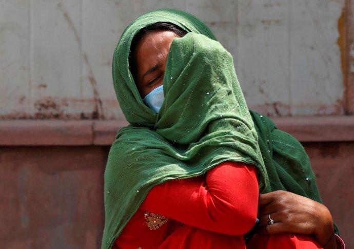 Žena před márnicí nemocnice vNovém Dillí oplakává svého otce, který zemřel na covid. Je 15.dubna aIndie dnes ohlásila 200tisíc nakažených za jediný den. Foto: Daniš Siddiki, Reuters