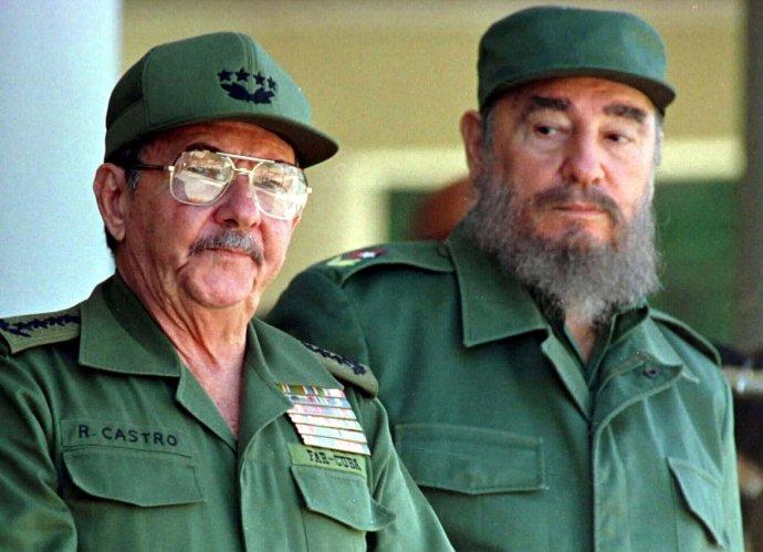 Bratři Raúl aFidel Castro, kteří 62let ovládali komunistickou diktaturu na Kubě. Tady vroce 1996vHavaně. Foto:Rafael Perez, Reuters