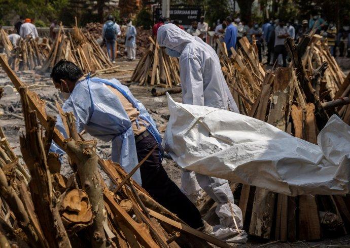 Napříč Indií se staví ahoří narychlo vyrobené pohřební hranice: mrtvých je příliš, krematoria jejich těla nestíhají spalovat (Nové Dillí, 28.dubna 2021). Foto: Daniš Siddiki, Reuters