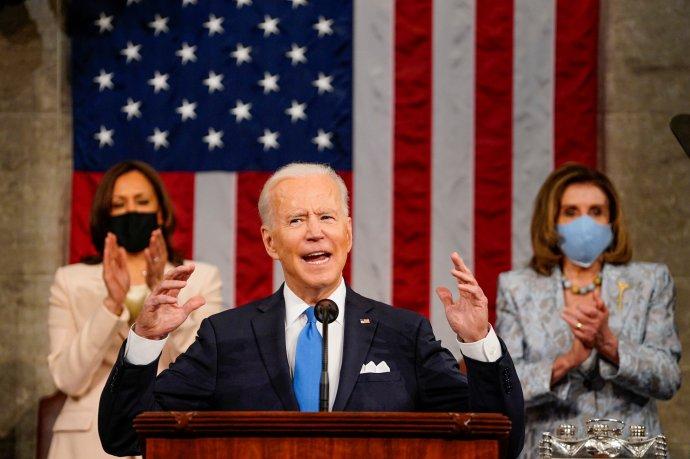 Historický moment pro USA: prezident země poprvé přednáší svou řeč před Kongresem se dvěma ženami za zády: viceprezidentkou apředsedkyní Sněmovny. Foto:Melina Mara, Reuters