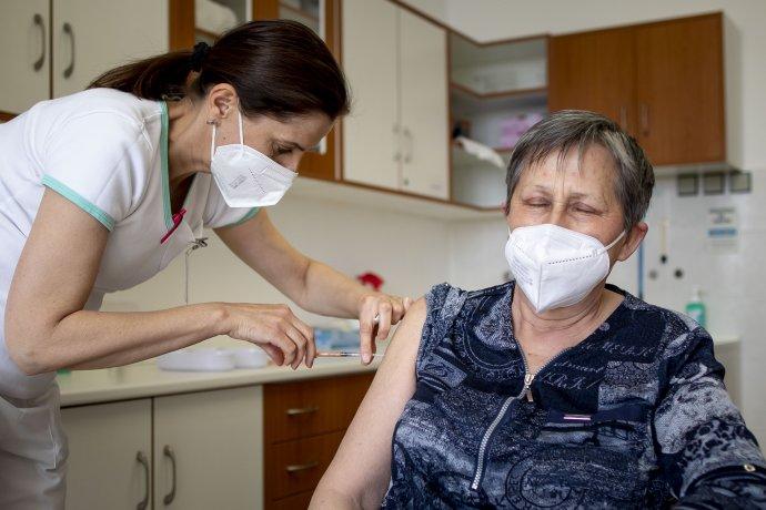 Příští týden se začnou očkovat i lidé nad 45 let. Foto: Gabriel Kuchta, Deník N