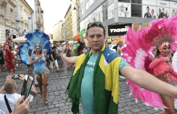 Brněnský radní pro kulturu Marek Fišer (Piráti) je autorem myšlenky na uspořádání festivalu ve stylu brazilského karnevalu. O dotaci pro něj v radě nehlasoval, byl totiž na dovolené v Brazílii. Foto: Piráti