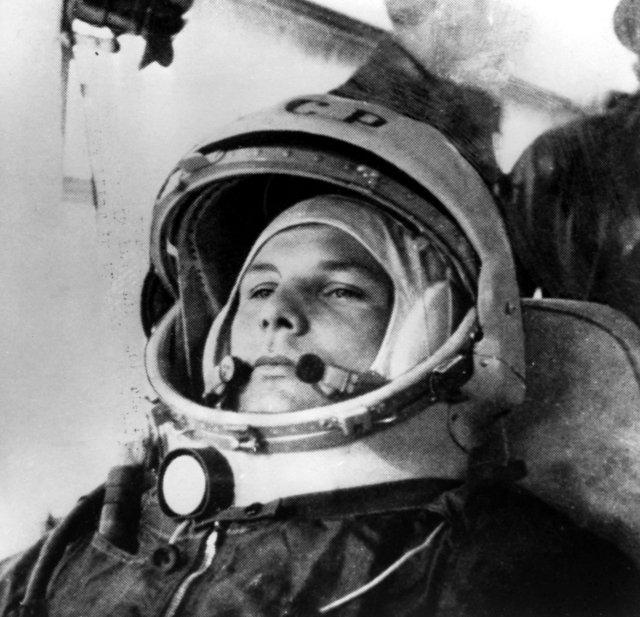 Jurij Gagarin v autobusu cestou k raketě. Foto: ČTK