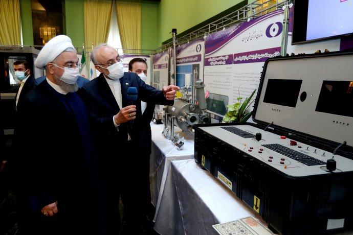 Prezident Hasan Rouhání si v sobotu prohlédl výstavu íránských jaderných úspěchů. O den později došlo k sabotáži v Natanzu. Foto: ČTK