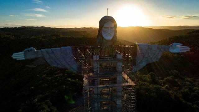 Smyšlenkou vztyčit vEncantadu obří sochu Ježíše přišel starosta města Adroaldo Conzatti. Ježíšovy hlavy apaží, jež přidali minulý týden, se však už nedočkal; zemřel na covid. Foto:EFE, Daniel Marenco, ČTK