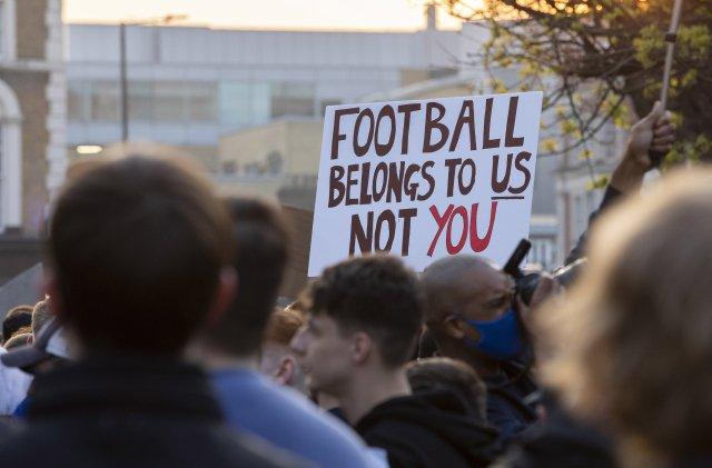 Fotbal patří nám, ne vám. Fanoušci Chelsea dali před stadionem jasně najevo, co si myslí oSuperlize. Foto: ČTK / ZUMA / Paul Terry