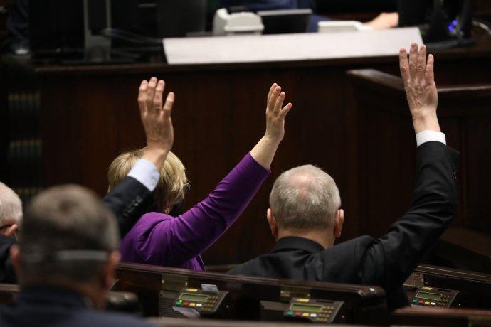 Hlasování poslanců dolní komory polského parlamentu– Sejmu– 30.března 2021. Foto:Sejm, facebook.com/KancelariaSejmu